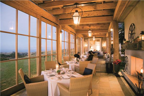 酒店的整体建筑风格也是一道独特的风景:原木用材,天然岩石,一目了然
