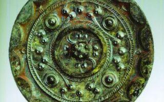 扬州出土的西汉草叶纹和星云纹铜镜