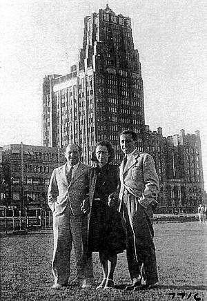 上海的犹太人在国际饭店前留影
