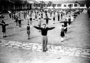 嘉道理学校是由霍瑞斯·嘉道理于1939年在虹口创办的。该校的大部分学生是难民子弟