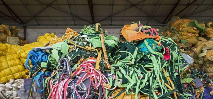 垃圾是人类向地球倾泻的废物 但艺术家的垃圾回收却充满美感
