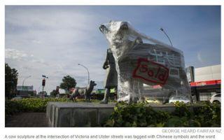 新西兰奶牛雕塑现中文涂鸦 疑抗议海外买家购农场