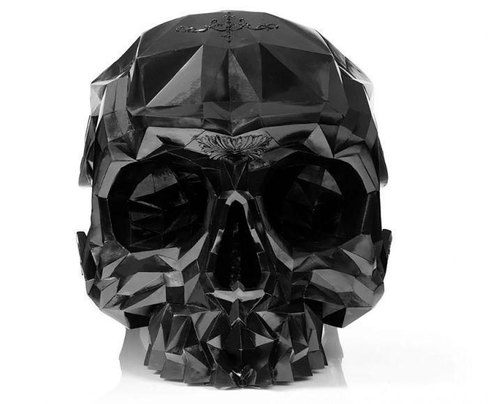 相较于第一个头骨椅,这把黑曜石的骷髅头座椅更显奢华高贵,像是为死神
