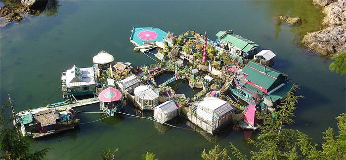 Freedom Cove:这对情侣25年打造一座自给自足漂浮小岛