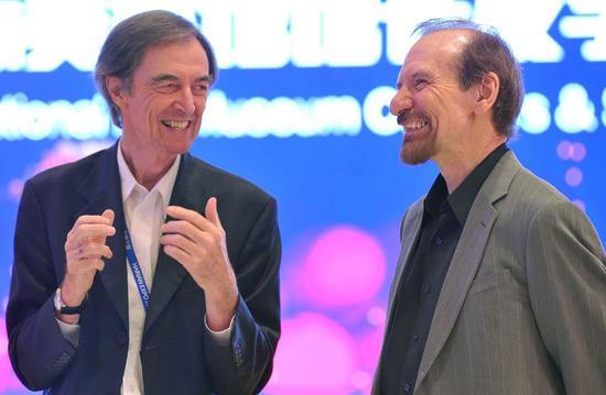 《美国艺术》杂志主编理查德·凡(右)与澳大利亚视觉委员会主任 新南威尔士大学美术学院院长伊恩·霍华德亲切交谈
