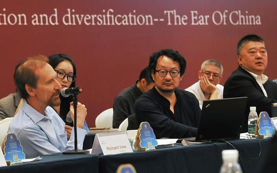 美国艺术杂志主编理查德·凡(左)在论坛上发言
