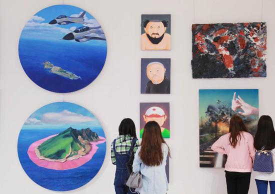 观众在海博会艺术时光展前驻足