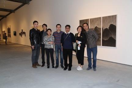 展览现场, 艺术家汤南南(右三)、策展人邱志杰(右一)