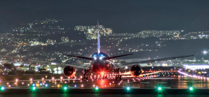 你见过夜晚降落在一片灯海之中的飞机吗