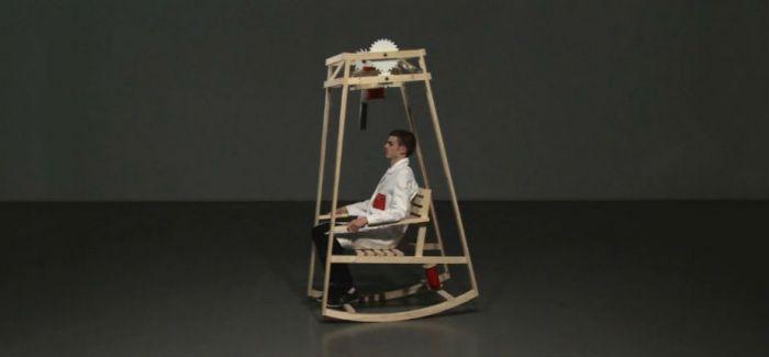 这家伙除了是摇椅  居然还是自动织帽机