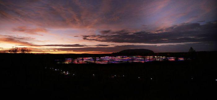 艺术家用5万盏灯点亮沙漠 宛如童话仙境