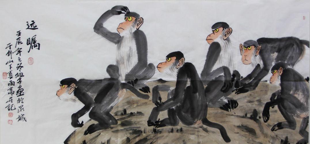 """金猴奋起千钧棒 作为与人类同属哺乳动物中最高级的灵长目动物,猴是自然界中最接近人类的动物,这使得人类对通身透着聪明伶俐,灵活敏捷而又滑稽有趣的猴子,天然地有一种特殊的亲近感。而吴承恩《西游记》中那只大闹天宫,护卫唐僧西天取经的孙猴子更因其正直、善良、调皮、可爱的多重性格,引得男女老幼为之折腰。 猿猴在中国文化中出现很早,根据文献,传说中的西王母,很可能就是猴神。《山海经·西次三经》记载:""""西王母其状如人,豹尾虎齿而善啸,蓬发戴胜,是司天之厉及五残。""""像人有尾,头发蓬"""