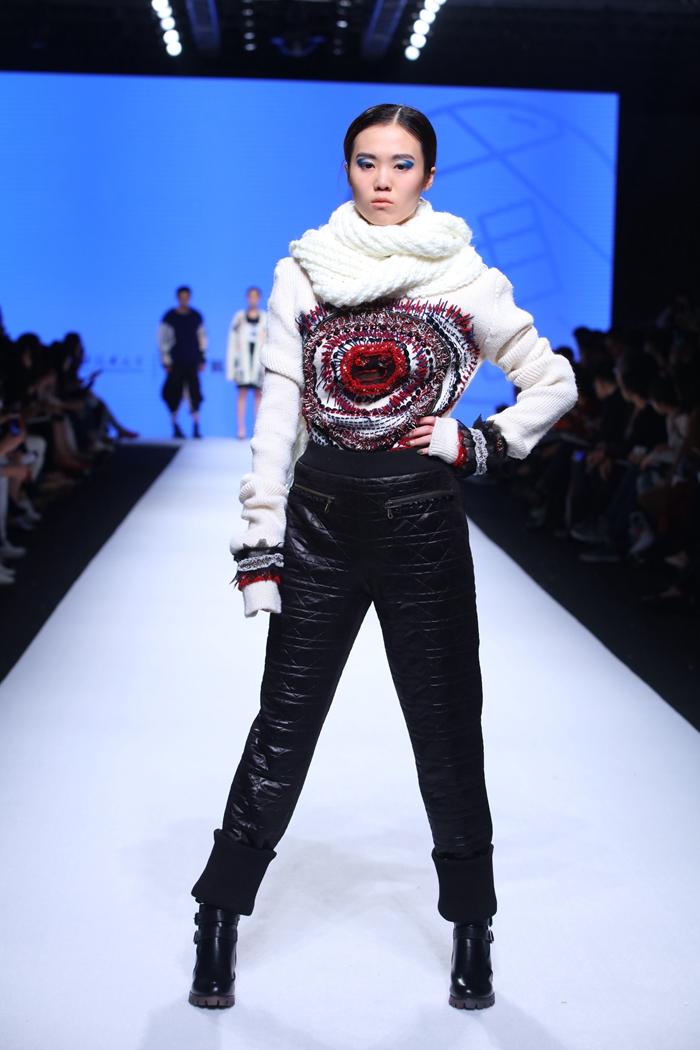 """2016年4月15日,上海工程技术大学服装学院2016届毕业生优秀服装设计作品发布会在上海时装周800秀场华丽亮相。此次毕业生设计作品发布会的主题为""""弋·想"""",表达臆想、意向或异想,弋似射猎、思如野马意指徘徊游走,有目的、无边界的狂想。"""