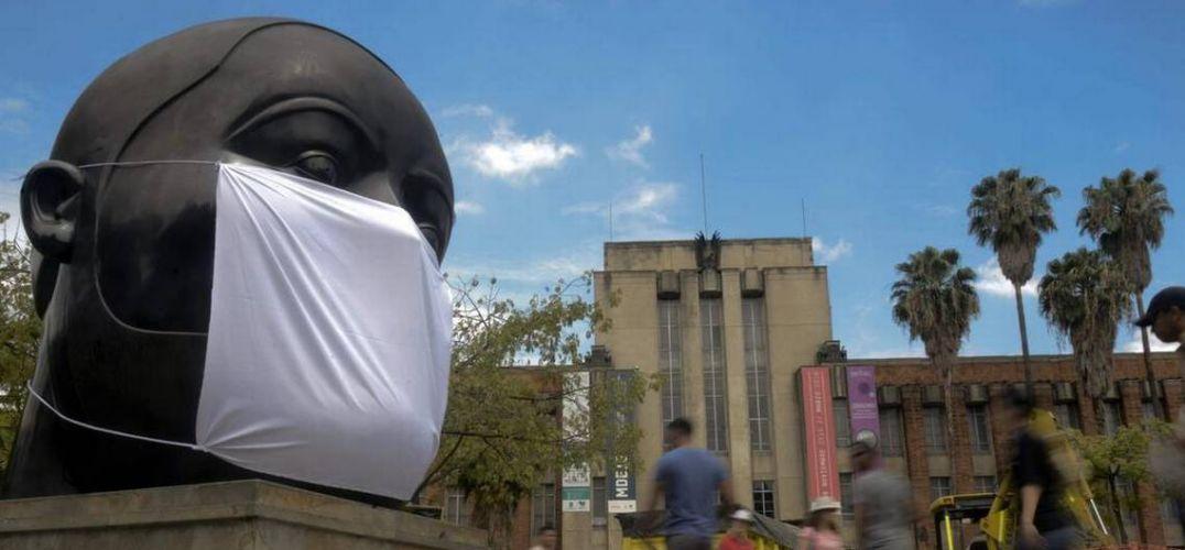 抗议城市空气污染严重 环保主义者为雕塑戴上口罩