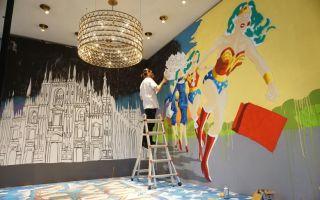Valentino限定创作展 把神奇女侠画到门店的墙壁上