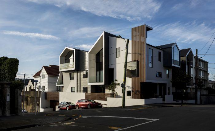 这个综合住宅区坐落在地下停车场上方,轻木骨架用波状钢和石膏混凝土