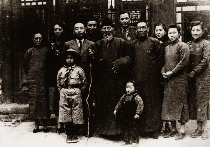 11-01 1948年齐白石与李可染夫妇等合影