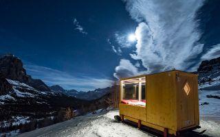 在阿尔卑斯山脉的2000米高处 有一座透明星光小屋