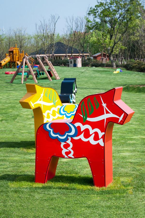 """上海迪士尼乐园有个""""环保邻居"""":长椅、木马都是牛奶盒做的"""