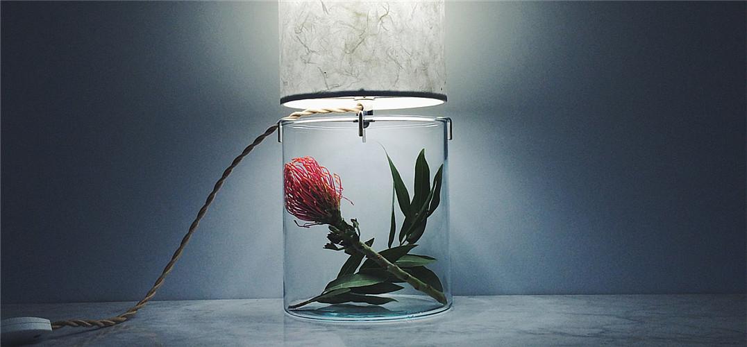 它是极简主义的几何台灯 也是干净独特的现代花器