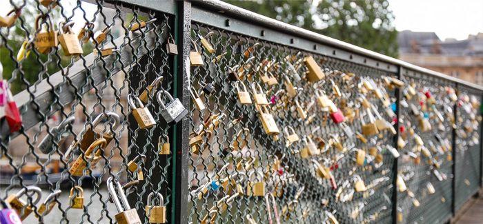 没了爱情锁的巴黎艺术桥,办起了雕塑展