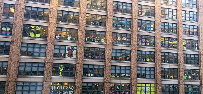 """""""六·一"""" 送给童心未泯的你 纽约商圈写字楼上演表情波"""
