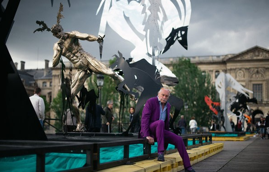 乌尔代在艺术桥上自己的装置作品《施了魔法的步行桥》旁边