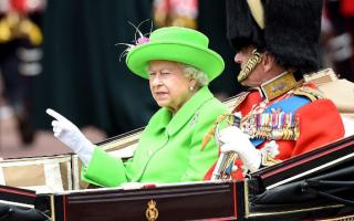 """英国女王身着""""抠图绿""""过90大寿 引发网友PS狂潮"""