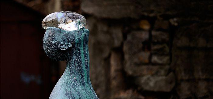 顶著雨滴的无语之人 基辅艺术家用雕塑和自然做对话
