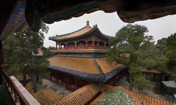 北京香山昭庙的琉璃塔和承德须弥福寿之庙的琉璃塔是乾隆为六世班禅所