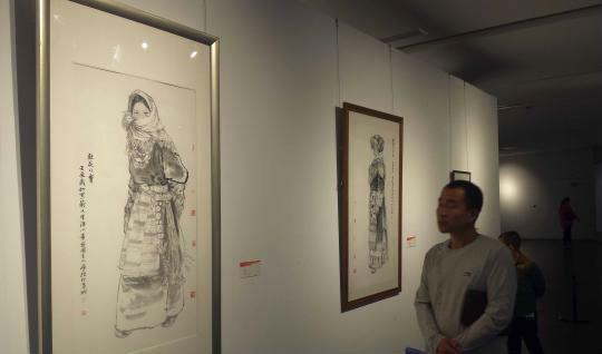 观众在太原美术馆参观。 胡健 摄