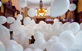被气球堵住了 纽约军械库上演夏日最嗨最疯狂艺术展