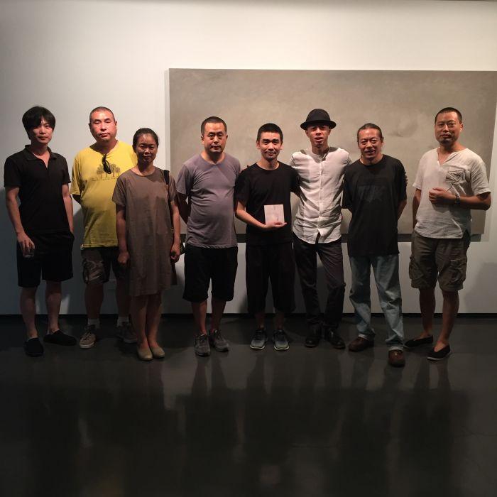 艺术家李大治(右三)与友人在作品前合影