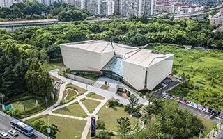 一座如生出双翼般的美术馆