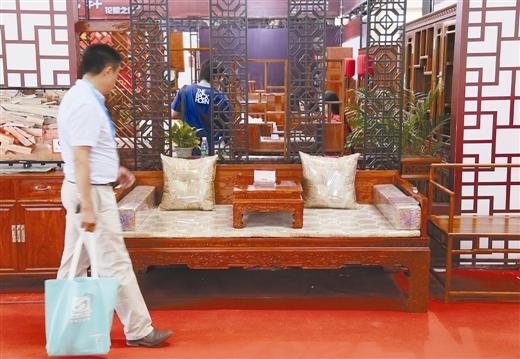 今年7月举行的2016北京国际家具展览会上,不少业内人士表示红木家具的寒冬依然没有结束。 东方IC供图
