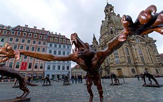 狼雕塑占领德广场