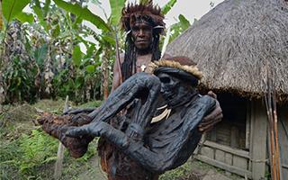 巴布亚部落尽力保留古代传统木乃伊仪式