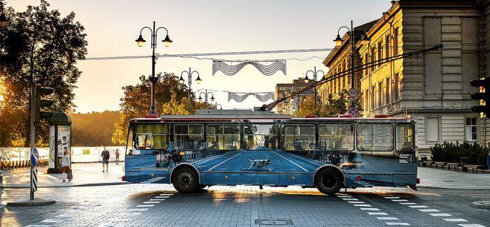 电车上的画作让街景成为了流动的艺术