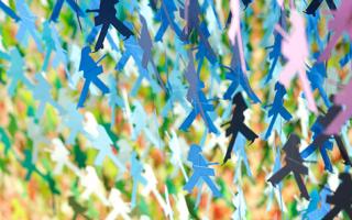 100种颜色的18000的小人纸张组成色彩斑斓的瀑布