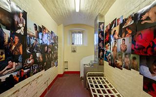 艺术家齐聚雷丁监狱 纪念王尔德在此度过的黯淡岁月
