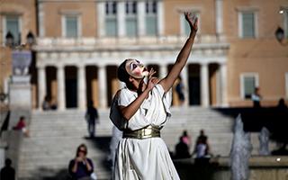 希腊民众用行为艺术呼吁关注贩卖人口和性奴役
