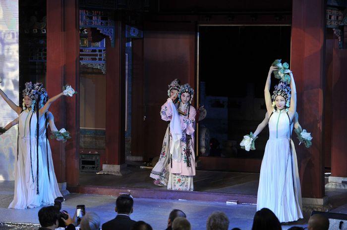 昆曲《牡丹亭》与莎士比亚《罗密欧与朱丽叶》的跨界表演2