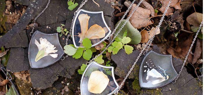 艺术家用大自然元素创造出Tiffany玻璃风格的吊坠项链
