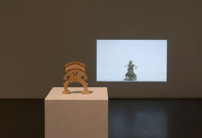 童义欣,《大提琴》,合板_ 基柱_ 无缝循环影像投影_ 杉木(2011)