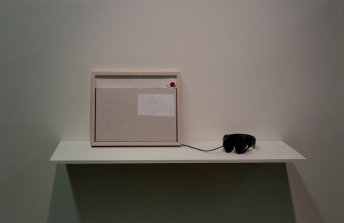 童义欣,《单一声明》,框中笔记本_ 新闻纸_ 哼一个动物园_ 言语录音 (3_23__ 循环)_ 耳机_ 架台(2011)