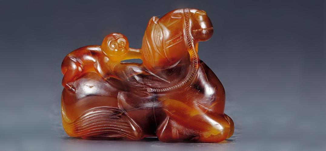 """动物形象生动,极富感染力,采用圆雕技法,表现""""马上封侯""""的传统吉祥"""