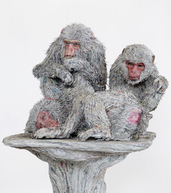 艺术家用卷起的报纸手工制作出动物雕塑
