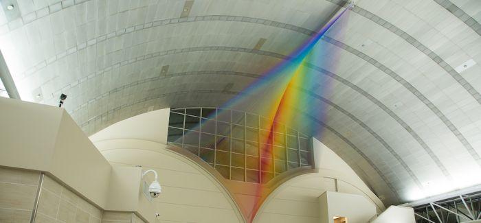 机场大型编织艺术   用彩虹祝福每一位旅人