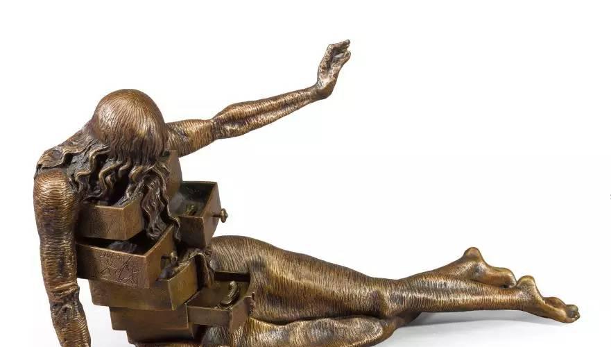 耳目灵通的小编又得到一个劲爆消息: 达利的雕塑原作将来到南京展出啦! 提起达利的作品,很多人都耳熟能详:哦哦,就是那个…… 奇形怪状的钟嘛!   达利最著名的艺术标志——软化时钟造型,据说是来自达利品尝入口即溶的奶酪时得到的灵感,也有人认为软化时钟是一滴对生命的泪,更有人八卦认为这是达利身体欠佳的表示。一个软塌塌的时钟迷倒了几代人,足见达利艺术的永恒魅力。 萨尔瓦多·达利是20世纪超现实主义画派的巨匠,他的雕塑作品亦是将他充满怪诞及前卫的天