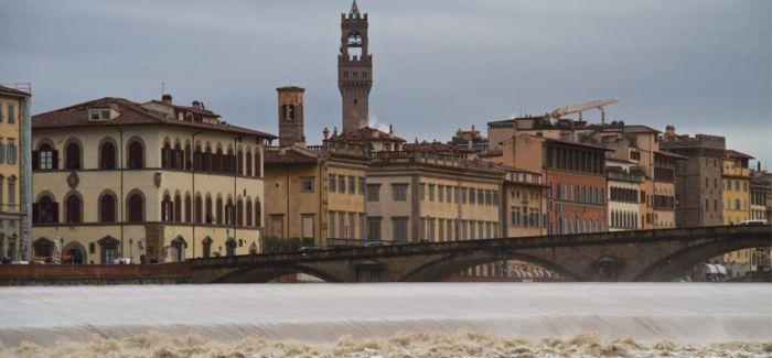 """佛罗伦萨纪念""""泥水天使""""文物救援行动50周年"""